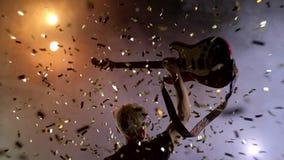 Le guitariste exécute sur l'étape Lumière d'étape, fumée Des confettis d'or de chute ci-dessus clips vidéos