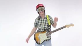 Le guitariste jouant la guitare électrique, danse et coasse dans un casque banque de vidéos