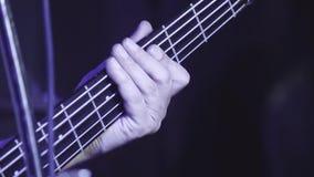 Le guitariste joue la guitare à un concert en tant qu'élément d'un groupe musical banque de vidéos