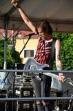 Le guitariste, membre de groupe de musique rock le paranoïde, support dans l'étape pendant le concert tient son Han Images stock