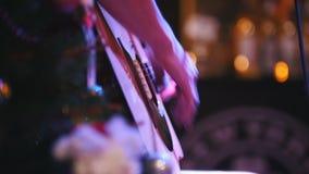 Le guitariste tient la guitare acoustique près du microphone au concert dans le club, extrêmement fin  banque de vidéos