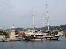 Le guliette traditionnel turc a amarré sur un pilier de ville de Marmaris Photographie stock