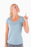 Le gullig kvinna som pekar på copyspace Arkivfoto