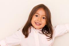 Le gullig liten flicka arkivfoto