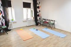 Le gymnase avec les tapis et le matériel d'exercice s'est préparé au yoga image libre de droits