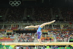 Le gymnaste artistique Aliya Mustafina de la Fédération de Russie concurrence sur le faisceau d'équilibre à la gymnastique totale image stock