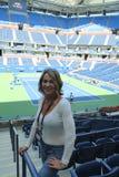 Le gymnaste de renommée mondiale Nadia Comaneci de la Roumanie rend visite à Billie Jean King National Tennis Center pendant l'US photographie stock