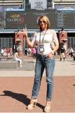 Le gymnaste de renommée mondiale Nadia Comaneci de la Roumanie rend visite à Billie Jean King National Tennis Center pendant l'US image stock