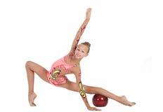 Le gymnaste exécute un exercice avec une bille Photographie stock