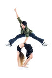 Le gymnaste jette un pont sur et le frappeur branchent au-dessus de elle Photographie stock libre de droits