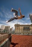 Le gymnaste renverse outre du mur Images libres de droits