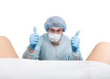 Le gynécologue fou examine un patient les différentes émotions d'expression folle de docteur et fait le hand& différent x27 ; sig Photographie stock