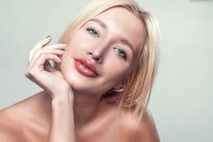 le härlig rörande hud för ung kvinna royaltyfri bild