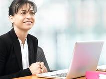 Affärskvinna som i regeringsställning ler Arkivfoto