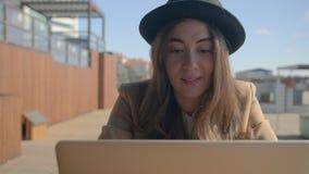 Le hållande ögonen på video för flicka på PC lager videofilmer