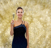 Le hållande exponeringsglas för kvinna av mousserande vin arkivbilder
