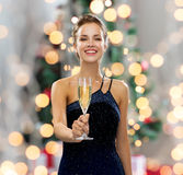 Le hållande exponeringsglas för kvinna av mousserande vin Arkivfoton