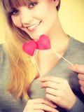 Le hållande hjärtor för flicka Arkivbilder