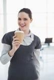 Le hållande kaffe för ung affärskvinna arkivbild