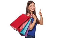 Le hållande shoppingpåsar för den härliga lyckliga kvinnan som isoleras på vit bakgrund Arkivfoton