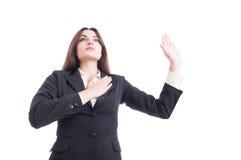 Le héros a tiré du jeune avocat féminin faisant le geste de serment photo libre de droits
