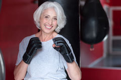 Le höga kvinnainnehavhänder som en boxare Arkivfoton
