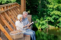 Le höga par som till varandra lutar och se anteckningsboken royaltyfria foton