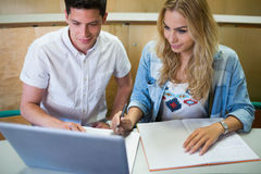 Le högskolestudenter som använder bärbara datorn Royaltyfri Foto