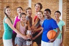 Le högstadiet lurar den hållande trofén i basketdomstol arkivfoton