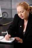 Högt ta för affärskvinna noterar Arkivfoton