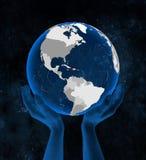 Le Haïti sur le globe dans des mains photo stock