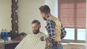 Le hairstyling des hommes et haircutting avec la tondeuse dans un salon de coiffure ou un salon de coiffure clips vidéos