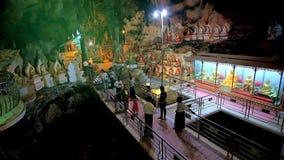 Le hall avec la piscine en caverne de Pindaya, Myanmar banque de vidéos
