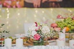 Le hall de fête est décoré des fleurs et du tissu 7793 Image stock