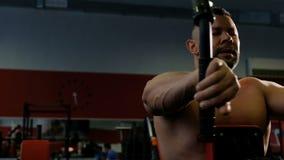 Le haltérophile exécute un exercice sur les muscles pectoraux, surmontant la fatigue, plan rapproché Expérience des émotions fort clips vidéos