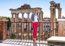 Le handelsresandekvinnan nära Roman Forum som har att gå, turnera arkivfoto