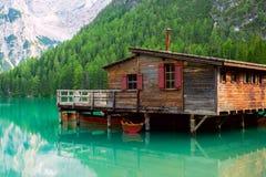 Le hangar à bateaux au lac Braies en montagnes de dolomites Photo libre de droits