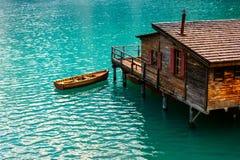 Le hangar à bateaux au lac Braies en montagnes de dolomites Photographie stock