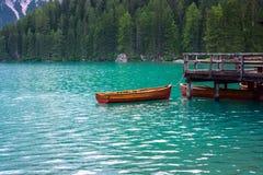 Le hangar à bateaux au lac Braies en montagnes de dolomites Photos stock
