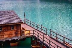 Le hangar à bateaux au lac Braies en montagnes de dolomites Images libres de droits