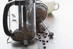 Le haricot brut de cafè moulu dans le Français clair pressent la tasse photos libres de droits
