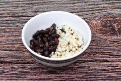 Le haricot noir et le pivot en crème douce de noix de coco ont complété le lait de noix de coco images libres de droits