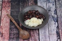 Le haricot noir et le riz collant en crème douce de noix de coco ont complété le coconu Photo stock