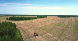 Le haut équipement agricole de vue aérienne se tient sur le champ banque de vidéos
