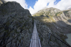 Le haut et étroit pont de Trift Photos libres de droits