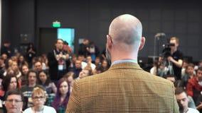 Le haut-parleur donne une conférence aux spectateurs et aux auditeurs clips vidéos