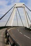Le haut pont blanc en omnibus de l'aéroport de Malpensa Photos stock