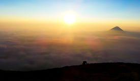 Le hauts soleil et montagne de sac à dos Image stock