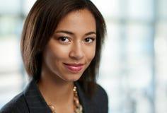 Le headshot horizontal d'une femme attirante d'affaires d'afro-américain a tiré avec le champ de profondeur Photographie stock libre de droits