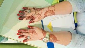 Le henné est aux mains d'une femme dubai photographie stock libre de droits